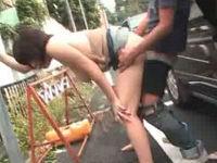 Hカップミニスカお姉さんのホルスタイン乳を揉みしだきながら野外バックで突く