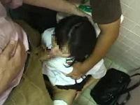 母親の前で娘をトイレに押し込みバイブ挿し強制フェラする鬼畜集団