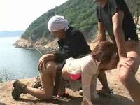 無人島でレイパーに捕まり浣腸されながら鬼畜にバックで突かれるお姉さん