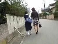 学校から帰宅中の母娘に襲いかかり2人とも持ち上げてハメる鬼畜集団