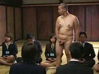座禅中に無になれない女子社員は片っ端から全裸男がぶっかけて喝をいれる