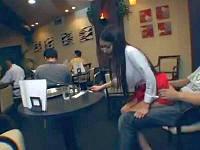 ミニスカカフェ店員に勃起ち○ぽ見せムラムラさせて営業中の店内でハメる