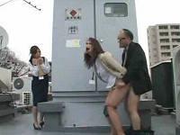 昼休みに職場の屋上で熟年カップルの激しい青姦を目撃するOLさん