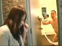 トイレで尻拭き中の全裸男に即ハメされ喘ぎまくるむっちり若妻