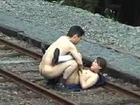 無人駅の線路上で女子校生をやりたい放題レイプしまくる鬼畜男