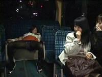 バスで大股開いて寝小便していた飲み会帰りの女子を勝手にお持ち帰りしてレイプする男