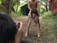 野外でパッケージ写真撮影中に後ろから全裸男にいきなり即ハメ2連発され喘ぐお姉さん