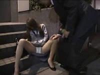泥酔した同僚女子社員をおんぶしてホテルに連れ込み思う存分ハメまくる男