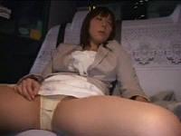 泥酔してパンツ全開で寝ているOLを高速ピストンでこっそり強姦するタ○シー運転手