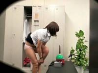 職場のロッカーで発見したマシンバイブに欲情してパンツ脱いでオナっていたら犯されるOLさん