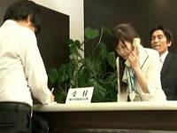 上司に弱みを握られてバックでハメられたままお客さんにバレない様に接客する美人受付嬢