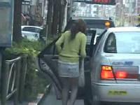 シートベルトが外れず身動きが取れない状態で鬼畜タクシー運転手にレ○プされるギャル系お姉さん