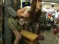 原付バイクの修理中にバイク屋の次男に目を付けられ作業場の隅でハメられまくるミニスカお姉さん