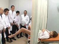 変態医師からカーテン越しに犯され開脚マ○コをおかずに研修医たちが射精した精子を膣に流し込まれる美乳OL
