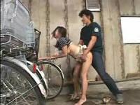 ファミレスの駐輪場で鬼畜男に押さえ付けられ犯されまくり痙攣が治まらない美人若奥さん
