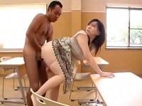 突然全裸男にスカートめくられパンツ下ろされ気付いたらハメられていた美人デカ尻奥さん