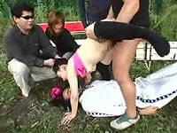 公園でイチャついていたカップルを急襲して彼女の尻穴に彼氏の鼻をハメこみ強姦しまくる鬼畜集団