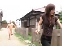 昔の街並みを散歩していた上品な奥さんが全裸ダッシュで飛び掛かって来た男に即ハメされトロけまくる