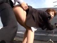 屋上で昼食食べていた美脚OLさんを手錠で拘束して犯しまくり放置する非道な男性社員たち