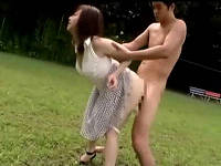 グラウンドを逃げまわるワンピース姿のお姉さんを全裸男が捕まえパンツずり下げ即ハメして突きまくる