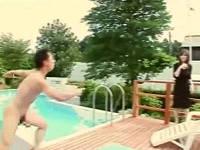 勃起しながら全裸で走ってきた男に野外プールに投げられ水中で即ハメされ喘ぎまくる美熟女