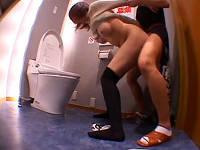 居酒屋のトイレで小便していた女子大生がいきなり入って来た店員にパンツ半ずらしのまま犯されまくる