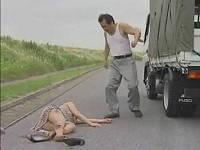 青姦帰りの女性をトラックではね飛ばし荷台に乗せて廃墟に連れて行き高速ピストンで犯す鬼畜運転手