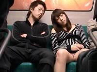 バス内でカバンたすき掛けしていたお姉さんの強調された乳に発情して痴漢男が彼氏の横で犯しまくる