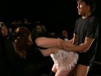 現役女性マジシャンが手品中に観客の前で裸にされてマ○コと肛門を凝視されながらハメられる