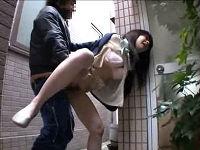 同棲中のマンションから外出する隙を襲われ鬼畜男にパンツずり下げられ犯されて小便漏らすお姉さん