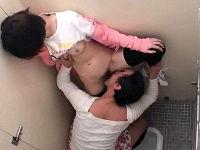 女子トイレに変態ミニスカ女装男が忍び込み親子連れ女子を個室に押し込みカツラ外して痴漢しまくる
