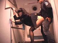 飛行機内で強姦、鬼畜乗客から肉付きのいい美尻に肉棒挿しまくられ気丈に喘ぐ美人客室乗務員