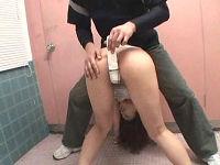 尻肉揺らし公衆トイレに入ったミニスカお姉さんの尻とマ○コを責めるとチ○コを握り尻コキしてくれた