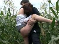 農家の老夫婦宅に保険の営業に来たミニスカお姉さんがトウモロコシ畑に引きずり込まれ犯されまくる