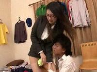 美人家庭教師のエロパンチラに興奮し、お茶をわざとこぼし股間を拭き舐めし発情させてセックスする