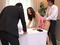 結婚式場の記帳受付をしていたお姉さんの美乳舐めて親族や友人が行き来する前で気にせずにハメまくる