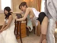 結婚式場で働く美人お姉さんが新婦の化粧を直しながら新郎にパンツ下ろされハメられまくる