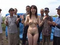 うたのおねえさんがホームレスおじさん達の前で服脱ぎ全裸で踊りち○こやカサカサの足指を舐めまくる