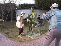 全裸で銅像になりきり公園で他人にバレない様にセックスするミッションに挑戦するカップル