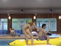 バナナボートにまたがった瞬間、奇跡の確率で息子のち○こが巨乳母親のデカ尻ま○こに突き刺さり…