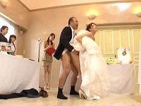 ワイセツ結婚披露宴会場で可愛い新婦のスカートまくり新郎の前で親族や友人が順番にハメまくり味見する