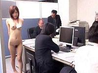 美乳美人女子社員がユーザーさんの希望で仕事中の社内で全裸になり歩きまわりち○こ舐めてセックスする