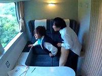 列車内で珈琲こぼした美人グリーンアテンダントに謝罪させながら電マ押し当てハメまくるビジネスマン