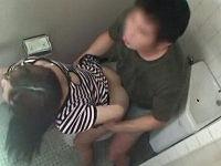公衆トイレで見知らぬ男性にオナニー姿を見せつける高額羞恥バイト中のお姉さんが発情して性交しまくる