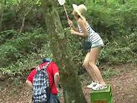 昆虫採集で木の上の虫を採る長身ママが落下し立ちション中のち○こにズボッと突き刺さり青姦しまくる