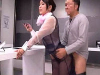 女性の下着透け透け状態の携帯ショップで女性店員に発情し立ちバックでパンパン突きながら説明受ける