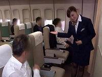 マッサージサービスを希望したお客さんの勃起ち○こに乗り腰を振って上品に感じる美人客室乗務員