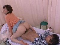 入院中の性処理を可愛い叔母に頼むと断れず嫌々手コキしていた筈が発情し騎乗位で巨尻振りまくる