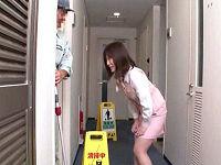 駆け込んだトイレが清掃中で我慢出来ず流し台の上に乗り隠れ小便していた受付嬢を脅し犯しまくる清掃員