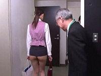 支給された超ミニスカ制服で半ケツ出して仕事していたOLが男性社員のエロ視線を浴びながらハメられる